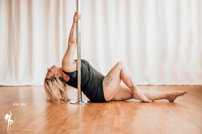 405729 696x464 - Pole Dance für Curvys: Diese Frau weiß wie es geht